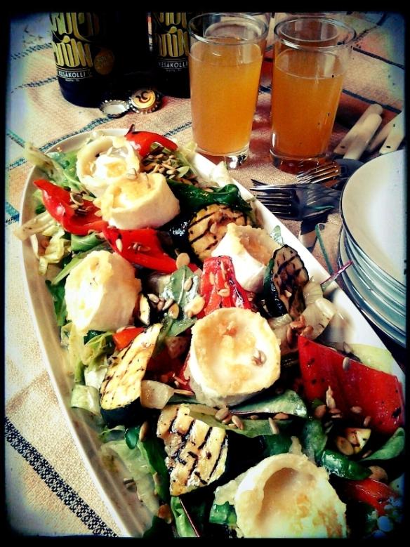 Kesäinen salaatti maukkaan pienpanimo-oluen kera.