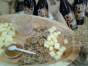 juustoa ja olutta siemennäkkärin kera