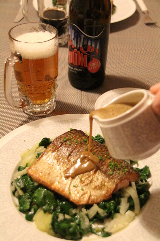 Paistettua siikaa, pinaatti-fenkolimuhennosta sekä olut-voikastiketta