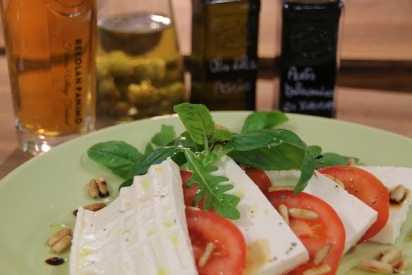 tomaatti-basilika-rucola-Perinnejuusto-salaatti